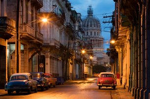 Old American vintage cars on a Havana street near El Capitolio building at dawn, Havana, Cuba, Westの写真素材 [FYI03790246]