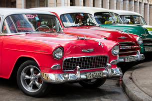 Red and green vintage American cars parked in a taxi rank near the train station, Havana, Cuba, Westの写真素材 [FYI03790259]