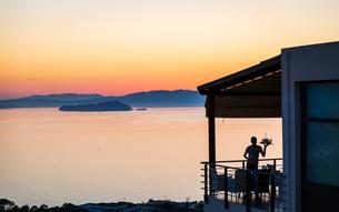 Gloomy sunset and waiter, Akrotiri, Crete, Greek Islands, Greece, Europeの写真素材 [FYI03790270]