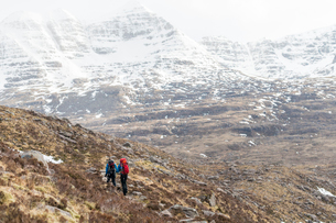 Hiking in the Scottish Highlands in Torridon along The Cape Wrath Trail towards Loch Coire Mhic Fheaの写真素材 [FYI03790298]
