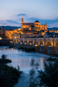 The Cathedral and Great Mosque of Cordoba (Mezquita) and Roman Bridge at twilight, UNESCO World Heriの写真素材 [FYI03790368]