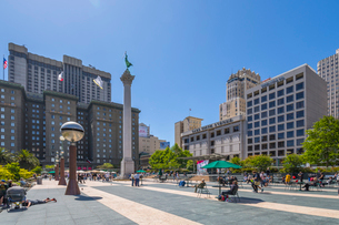 View of buildings and visitors in Union Square, San Francisco, California, United States of America,の写真素材 [FYI03790444]