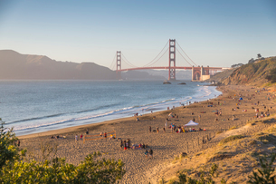 View of Golden Gate Bridge from Baker Beach at sunset, South Bay, San Francisco, California, Unitedの写真素材 [FYI03790464]