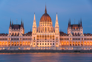 Hungarian Parliament at night on the River Danube, UNESCO World Heritage Site, Budapest, Hungary, Euの写真素材 [FYI03790472]