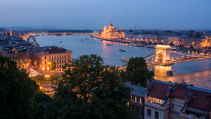 City at night with Chain Bridge, Hungarian Parliament, and Danube River, UNESCO World Heritage Site,の写真素材 [FYI03790477]