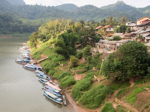 Riverboats on the Nam Ou River, Nong Khiaw, Laos, Indochina, Southeast Asia, Asiaの写真素材 [FYI03790490]