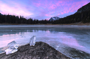 Colors of the sunset reflected on the icy surface of Lake Palu, Malenco Valley, Valtellina, Lombardyの写真素材 [FYI03790499]