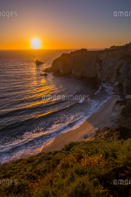 View of sunset at Big Sur, Highway 1, Pacific Coast Highway, Pacific Ocean, California, United Stateの写真素材 [FYI03790507]