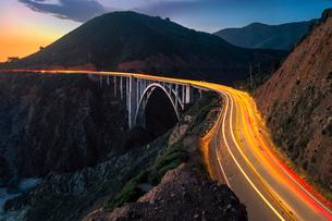 Sunset over Bixby Creek Bridge and car trail lights, Big Sur, California, United States of America,の写真素材 [FYI03790515]