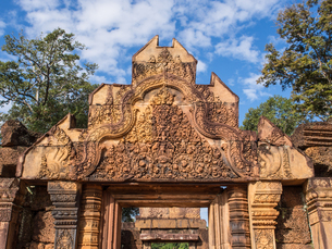 The terracotta-colored sandstone temple of Banteay Srei, Angkor, UNESCO World Heritage Site, Siem Reの写真素材 [FYI03790635]