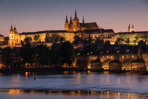 Prague Castle, Charles Bridge, Mala Strana, and the Vltava River at twilight, UNESCO World Heritageの写真素材 [FYI03790667]