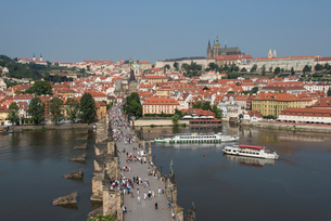 View of Charles Bridge from Old Town Bridge Tower looking toward Mala Strana and Prague Castle, UNESの写真素材 [FYI03790670]