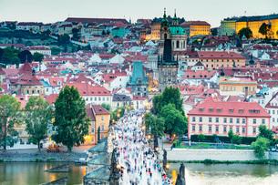 Charles Bridge, Prague, UNESCO World Heritage Site, Bohemia, Czech Republic, Europeの写真素材 [FYI03790673]