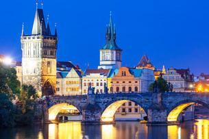 Charles Bridge on the Vltava River, Prague, UNESCO World Heritage Site, Bohemia, Czech Republic, Eurの写真素材 [FYI03790681]