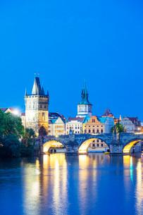 Charles Bridge on the Vltava River, Prague, UNESCO World Heritage Site, Bohemia, Czech Republic, Eurの写真素材 [FYI03790685]
