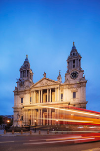 St. Paul's Cathedral and a London bus, London, England, United Kingdom, Europeの写真素材 [FYI03790699]
