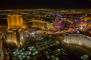 View of Las Vegas and the suburbs from helicopter at night, Las Vegas, Nevada, United States of Amerの写真素材 [FYI03790713]
