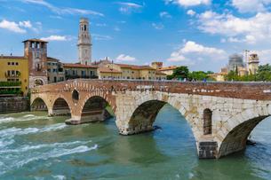 Ponte Pietra, the stone Roman arch bridge crossing River Adige, Verona, Veneto, Italy, Europeの写真素材 [FYI03790719]