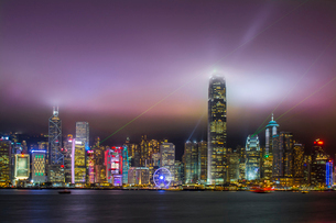 Nightscape of Hong Kong Island sykline and Victoria Harbour, Hong Kong, China, Asiaの写真素材 [FYI03790740]
