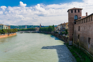 River view with bridge and Castelvecchio castle, a Middle Ages red brick castle on the right bank ofの写真素材 [FYI03790745]