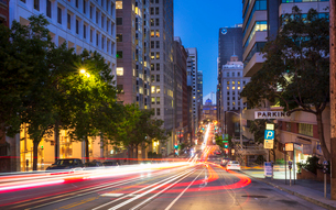 Car trail lights on Bush Street, Oakland Bay Bridge in the background, San Francisco, California, Unの写真素材 [FYI03790795]
