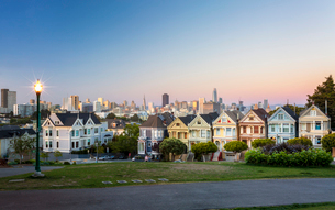 View of Painted Ladies at dusk, Victorian wooden houses, Alamo Square, San Francisco, California, Unの写真素材 [FYI03790811]