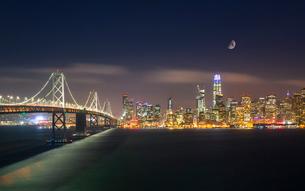 View of San Francisco skyline and Oakland Bay Bridge from Treasure Island at night, San Francisco, Cの写真素材 [FYI03790870]