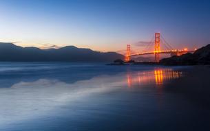 Soft flowing water reflects the beautiful Golden Gate Bridge from Baker Beach, San Francisco, Califoの写真素材 [FYI03790876]