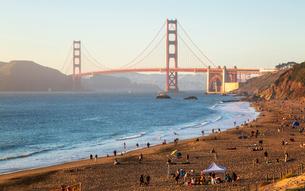 Sun sets near the Golden Gate Bridge, Baker Beach, San Francisco, California, United States of Ameriの写真素材 [FYI03790879]