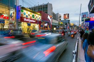 Busy Brigade Road shopping street, Bangalore (Bangaluru), capital of the state of Karnataka, India,の写真素材 [FYI03791054]