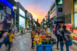 Busy Brigade Road shopping street, Bangalore (Bangaluru), capital of the state of Karnataka, India,の写真素材 [FYI03791055]