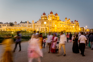 City Palace, people walking outside the Maharaja's Palace, Mysore, Karnataka, India, Asiaの写真素材 [FYI03791066]