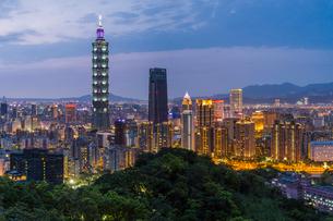 City skyline and Taipei 101 building in the Xinyi district, Taipei, Taiwan, Asiaの写真素材 [FYI03791070]