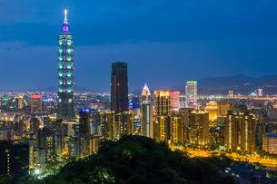 City skyline and Taipei 101 building in the Xinyi district, Taipei, Taiwan, Asiaの写真素材 [FYI03791073]