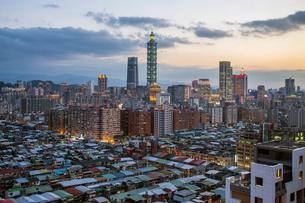 City skyline and Taipei 101 building, Taipei, Taiwan, Asiaの写真素材 [FYI03791074]