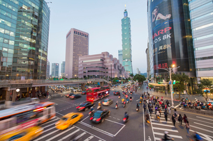 Traffic in front of Taipei 101 at a busy downtown intersection in the Xinyi district, Taipei, Taiwanの写真素材 [FYI03791095]