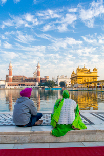 Sikhs at The Golden Temple (Harmandir Sahib) and Amrit Sarovar (Pool of Nectar) (Lake of Nectar), Amの写真素材 [FYI03791101]