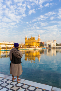Sikh at The Golden Temple (Harmandir Sahib) and Amrit Sarovar (Pool of Nectar) (Lake of Nectar), Amrの写真素材 [FYI03791102]