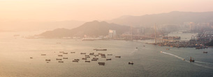 Boats in Victoria Harbour at sunset, seen from Victoria Peak, Hong Kong Island, Hong Kong, China, Asの写真素材 [FYI03791107]