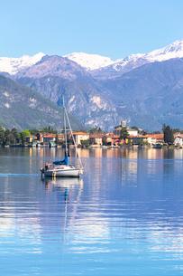 Sailboat on the lake in front Mandello del Lario, Province of Lecco, Lake Como, Italian Lakes, Lombaの写真素材 [FYI03791146]