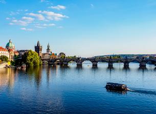 Charles Bridge and Vltava River, Prague, UNESCO World Heritage Site, Bohemia Region, Czech Republic,の写真素材 [FYI03791174]