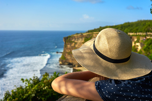 Looking out at limestone cliffs and the Indian Ocean viewed from Uluwatu Temple, Pecatu, Bali, Indonの写真素材 [FYI03791199]
