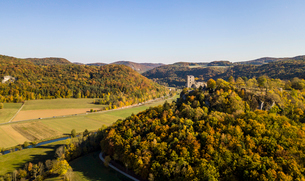 Aerial of castle Neideck in autumn, Streitberg, Franconian Switzerland, Bavaria, Germany, Europeの写真素材 [FYI03791267]