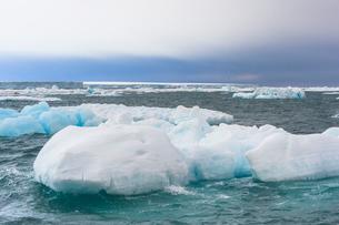 Iceberg drifting in Hinlopen Strait, Spitsbergen Island, Svalbard archipelago, Arctic, Norway, Europの写真素材 [FYI03791285]