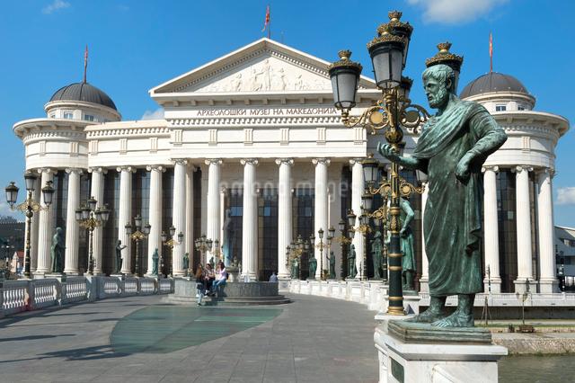 Archaeological Museum of Macedonia along the Vardar River and Eye Bridge, Skopje, Macedonia, Europeの写真素材 [FYI03791296]