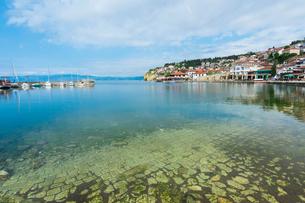 Ohrid old city reflected in the marina, Ohrid, UNESCO World Heritage Site, Macedonia, Europeの写真素材 [FYI03791302]
