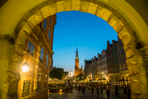 Hanseatic League houses with the town hall after sunset in the pedestrian zone of Gdansk, Poland, Euの写真素材 [FYI03791332]