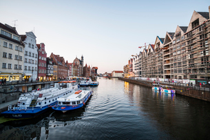 Hanseatic League houses on the Motlawa River at sunset in the pedestrian zone of Gdansk, Poland, Eurの写真素材 [FYI03791351]