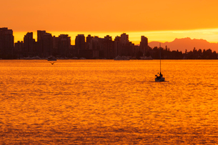 View of Vancouver skyline from North Vancouver at sunset, British Columbia, Canada, North Americaの写真素材 [FYI03791356]