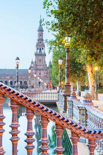 Details of decorated ceramic pillars of balustrade in typical Art Deco style, Plaza de Espana, Sevilの写真素材 [FYI03791392]